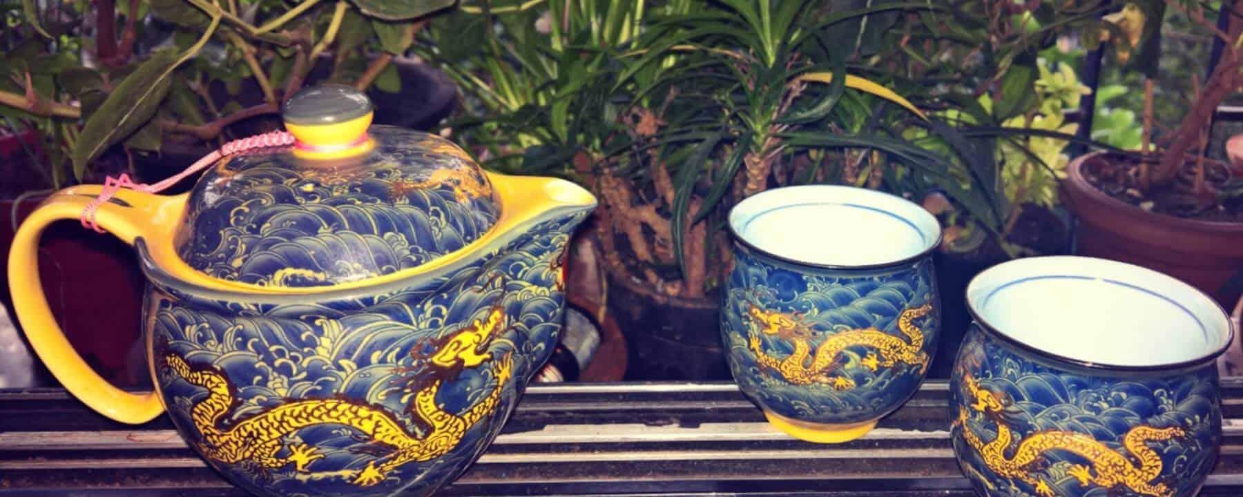 A tea pot and two tea cups